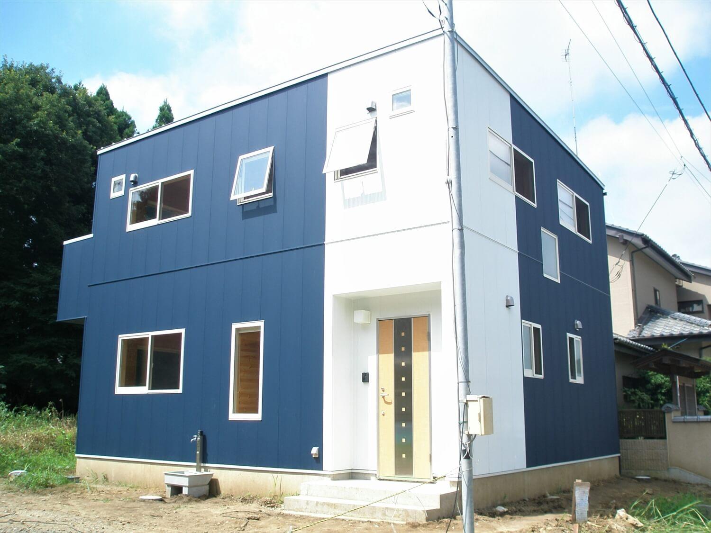 キューブ型の二階建ての外観正面|笠間市の注文住宅,ログハウスのような低価格住宅を建てるならエイ・ワン