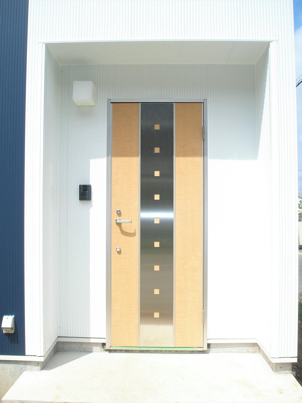 キューブ型の二階建ての玄関|笠間市の注文住宅,ログハウスのような低価格住宅を建てるならエイ・ワン