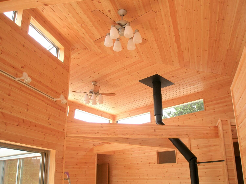 薪ストーブのあるユニークな平屋の天井|石岡市の注文住宅,ログハウスのような低価格住宅を建てるならエイ・ワン