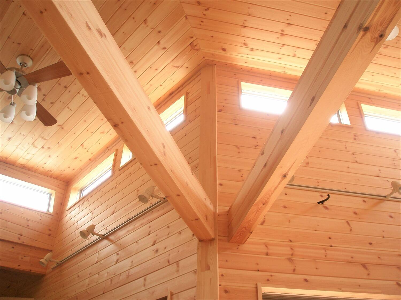 薪ストーブのあるユニークな平屋の梁|石岡市の注文住宅,ログハウスのような低価格住宅を建てるならエイ・ワン