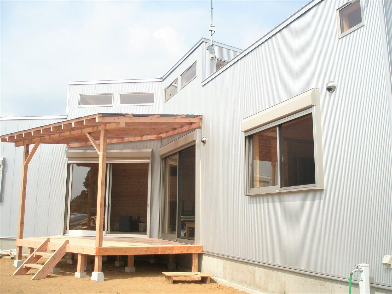 薪ストーブのあるユニークな平屋のウッドデッキ|石岡市の注文住宅,ログハウスのような低価格住宅を建てるならエイ・ワン