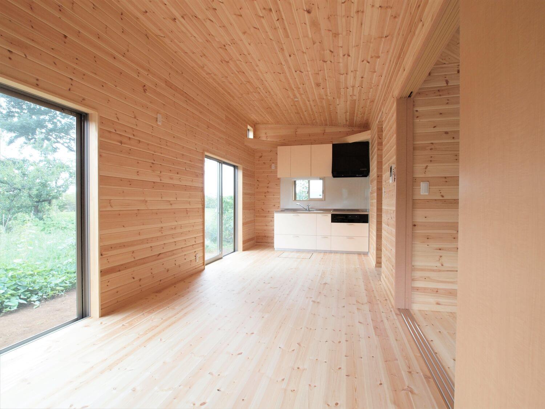 ブルーサイディングの平屋の無垢材内装|牛久市の注文住宅,ログハウスのような低価格住宅を建てるならエイ・ワン