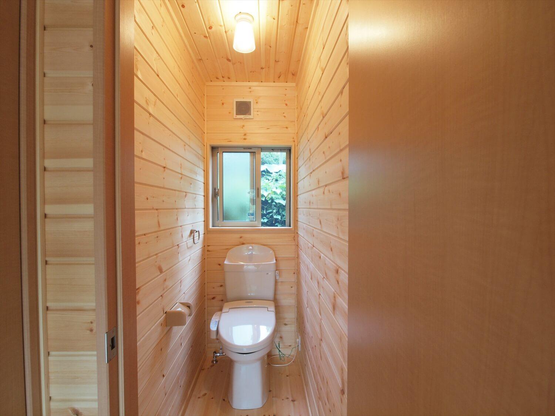 ブルーサイディングの平屋のトイレ|牛久市の注文住宅,ログハウスのような低価格住宅を建てるならエイ・ワン