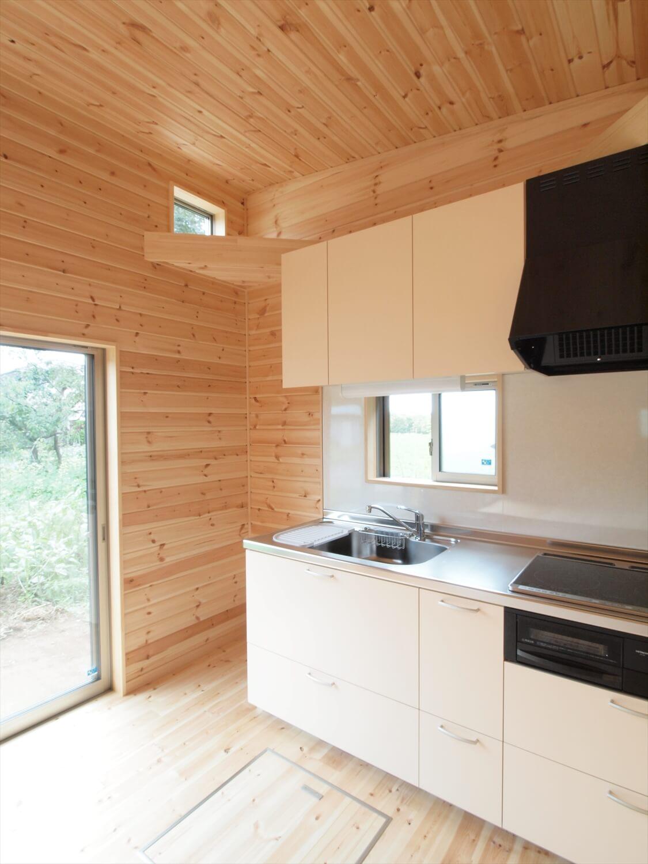 ブルーサイディングの平屋のキッチン|牛久市の注文住宅,ログハウスのような低価格住宅を建てるならエイ・ワン