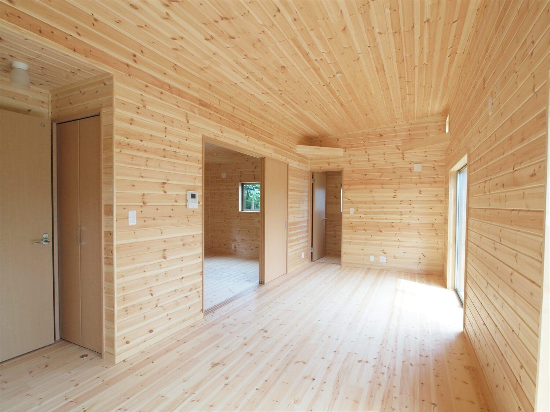 ブルーサイディングの平屋のリビング|牛久市の注文住宅,ログハウスのような低価格住宅を建てるならエイ・ワン