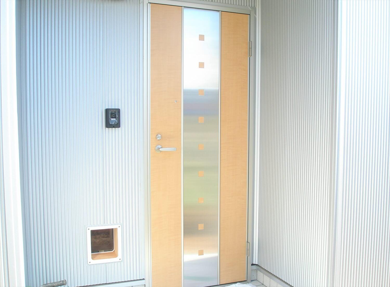 ペットドアのある平屋の玄関|上野原市の注文住宅,ログハウスのような低価格住宅を建てるならエイ・ワン