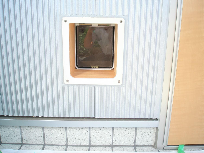 平屋の玄関外ペットドア|上野原市の注文住宅,ログハウスのような低価格住宅を建てるならエイ・ワン