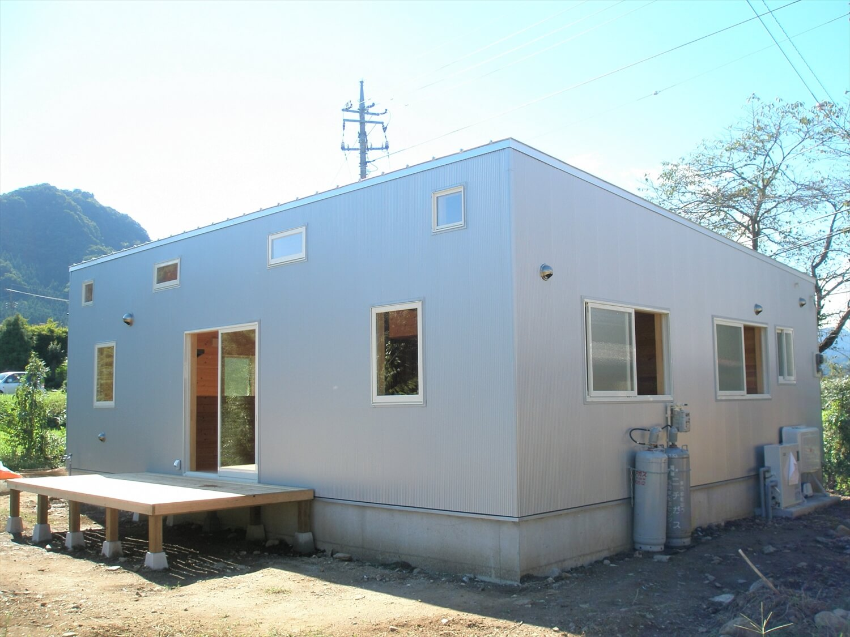 ペットドアのある平屋の外観|上野原市の注文住宅,ログハウスのような低価格住宅を建てるならエイ・ワン