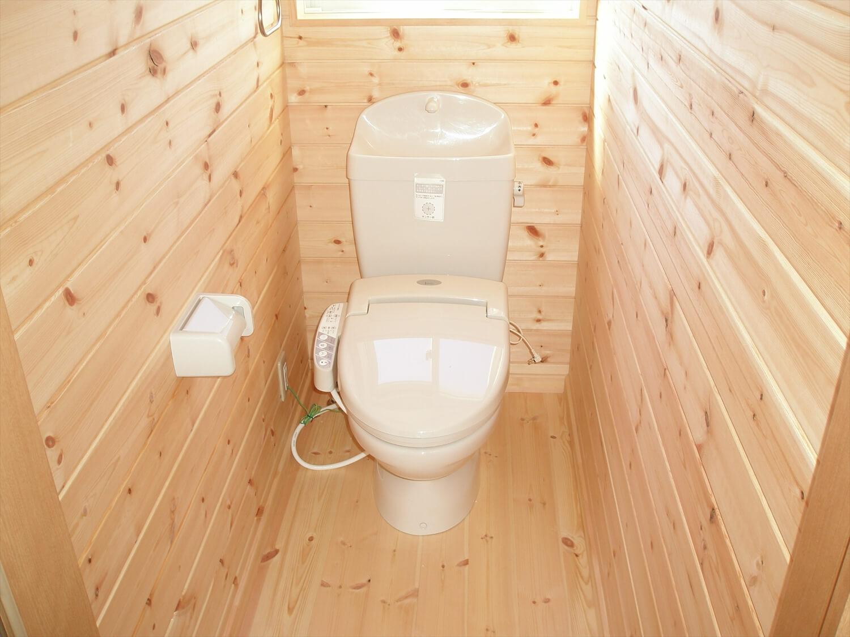 ペットドアのある平屋のトイレ|上野原市の注文住宅,ログハウスのような低価格住宅を建てるならエイ・ワン