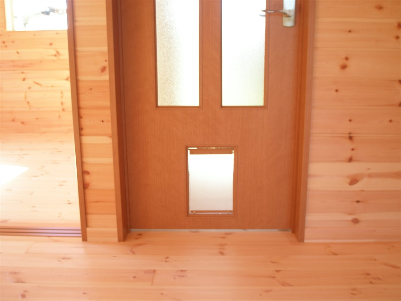 平屋のペットドア|上野原市の注文住宅,ログハウスのような低価格住宅を建てるならエイ・ワン