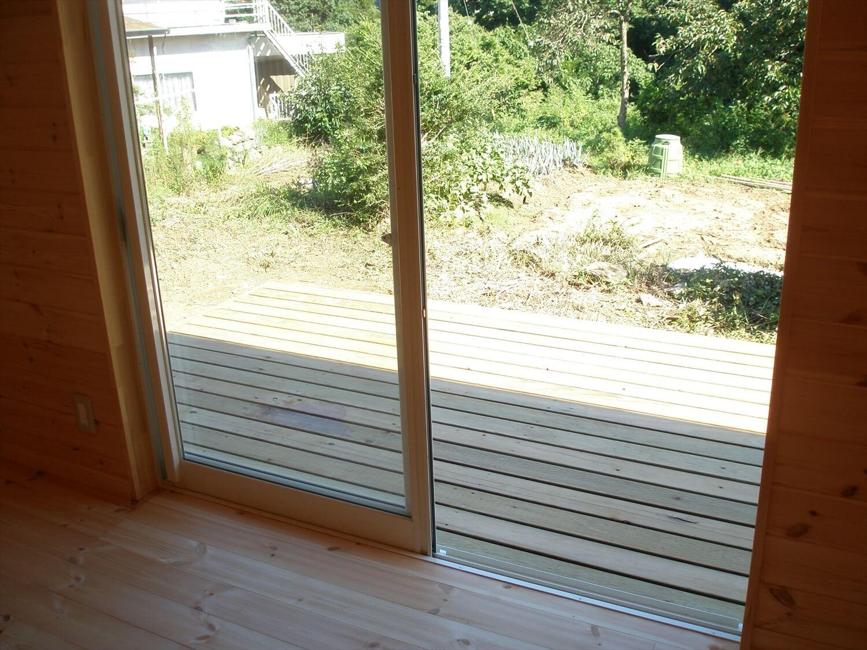 ペットドアのある平屋の掃き出し窓|上野原市の注文住宅,ログハウスのような低価格住宅を建てるならエイ・ワン