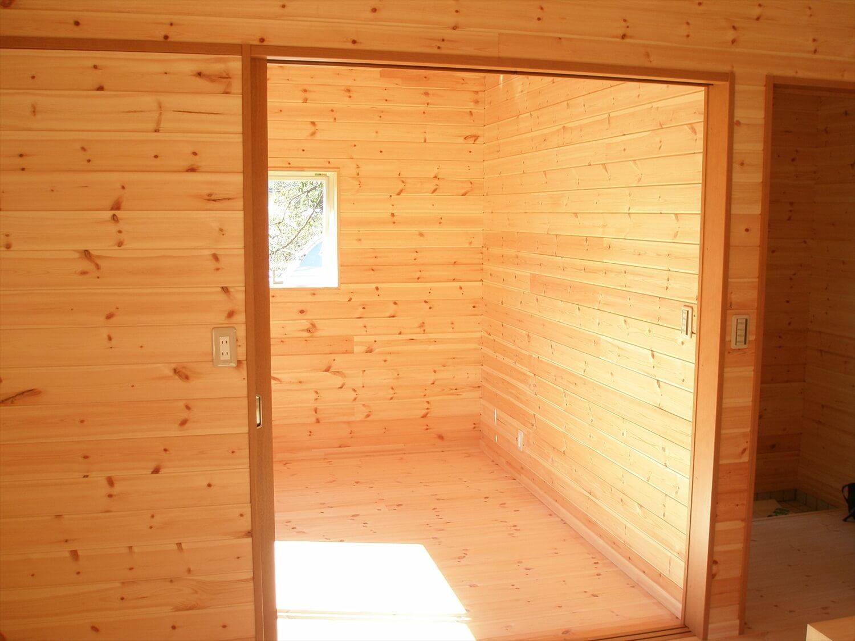ペットドアのある平屋の居室|上野原市の注文住宅,ログハウスのような低価格住宅を建てるならエイ・ワン