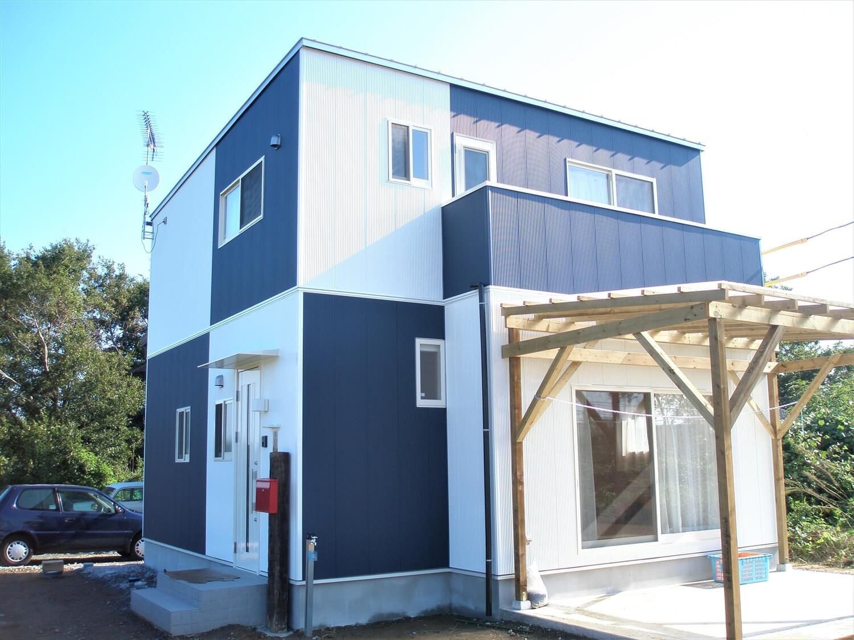 白と紺のキューブ型二階建ての外観|行方市の注文住宅,ログハウスのような低価格住宅を建てるならエイ・ワン