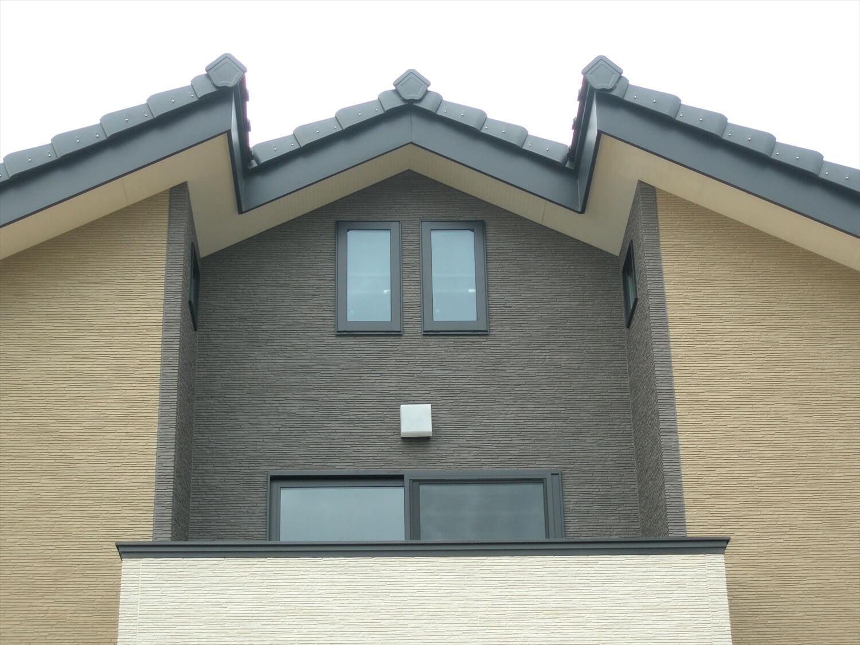 モダンな瓦屋根の二階建ての屋根|行方市の注文住宅,ログハウスのような低価格住宅を建てるならエイ・ワン