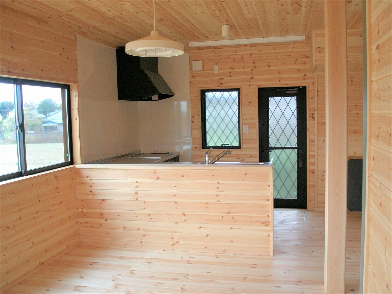 モダンな瓦屋根の二階建てのキッチン|行方市の注文住宅,ログハウスのような低価格住宅を建てるならエイ・ワン