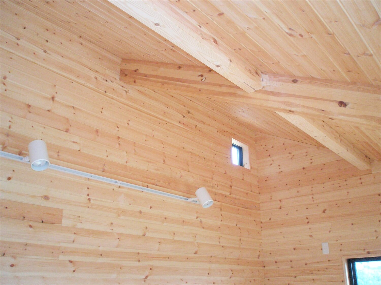 モダンな瓦屋根の二階建ての天井|行方市の注文住宅,ログハウスのような低価格住宅を建てるならエイ・ワン