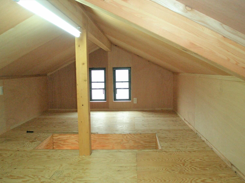 モダンな瓦屋根の二階建ての屋根裏部屋|行方市の注文住宅,ログハウスのような低価格住宅を建てるならエイ・ワン