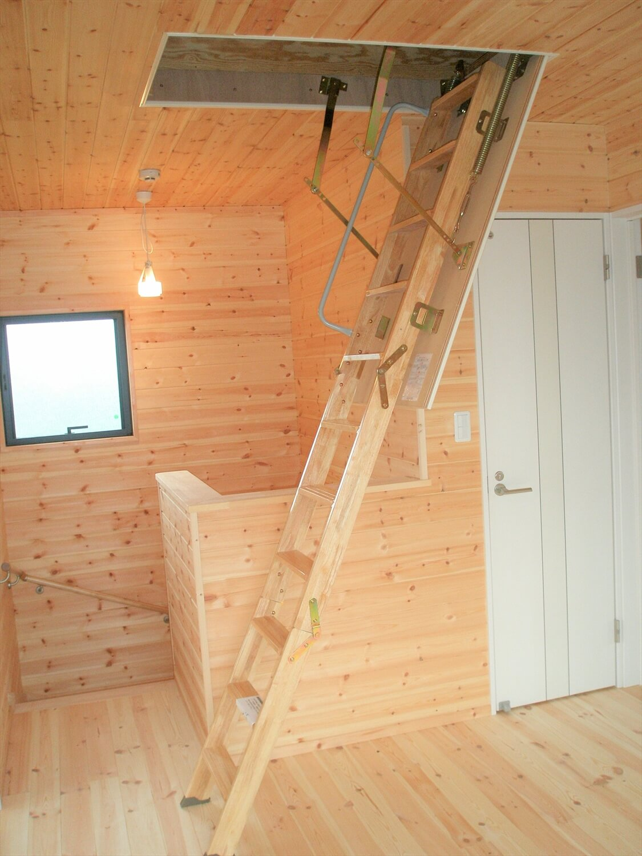 モダンな瓦屋根の二階建ての梯子|行方市の注文住宅,ログハウスのような低価格住宅を建てるならエイ・ワン