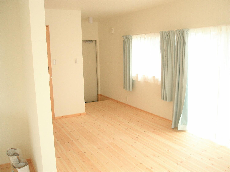 スクエアの二階建てのリビング|匝瑳市の注文住宅,ログハウスのような低価格住宅を建てるならエイ・ワン