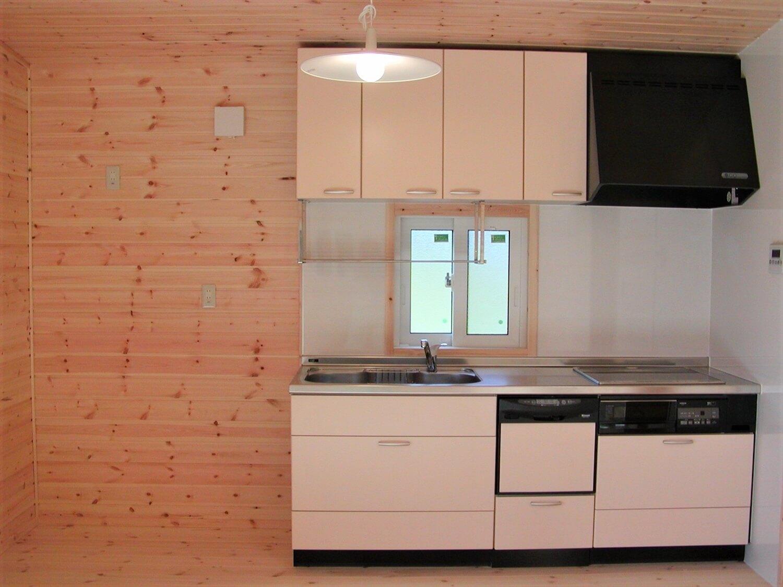 ホワイト外観住宅のキッチン|寄居町の注文住宅,ログハウスのような低価格住宅を建てるならエイ・ワン