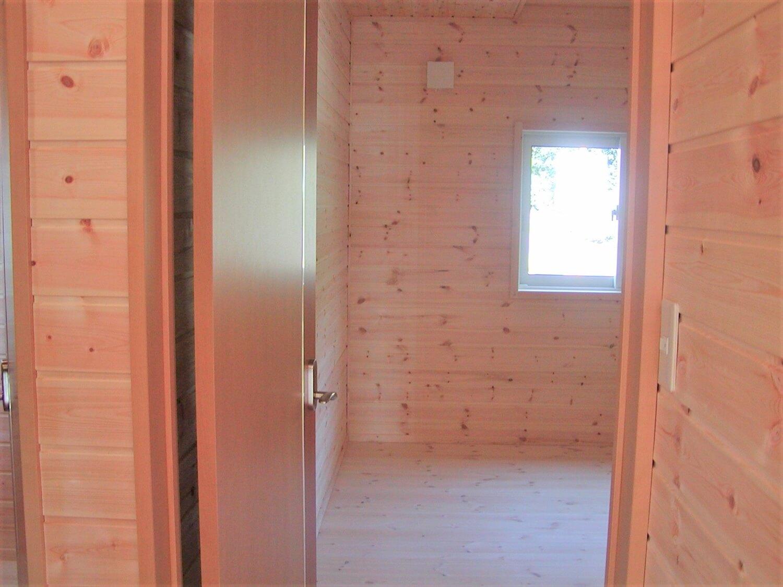 ホワイト外観住宅の居室|寄居町の注文住宅,ログハウスのような低価格住宅を建てるならエイ・ワン