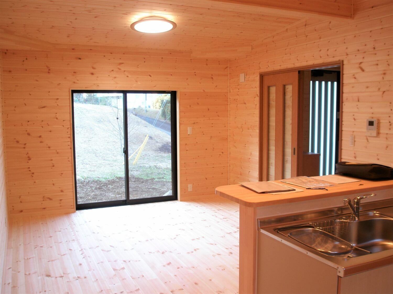 工房のある平屋のリビング|一宮市の注文住宅,ログハウスのような低価格住宅を建てるならエイ・ワン