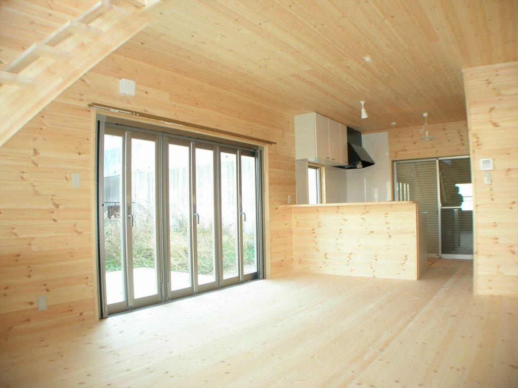 大きな高窓のある二階建てのLDK|瀬戸市の注文住宅,ログハウスのような低価格住宅を建てるならエイ・ワン