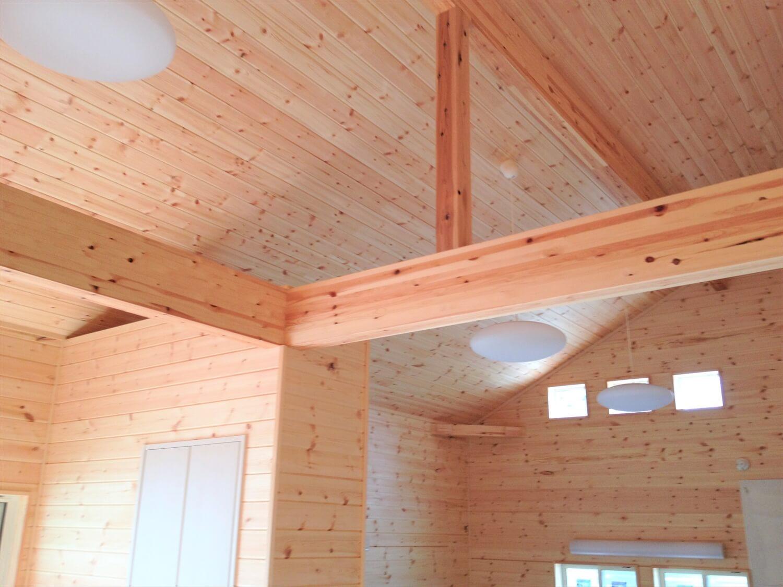 薪ストーブのある二階建ての天井|勝浦市の注文住宅,ログハウスのような低価格住宅を建てるならエイ・ワン