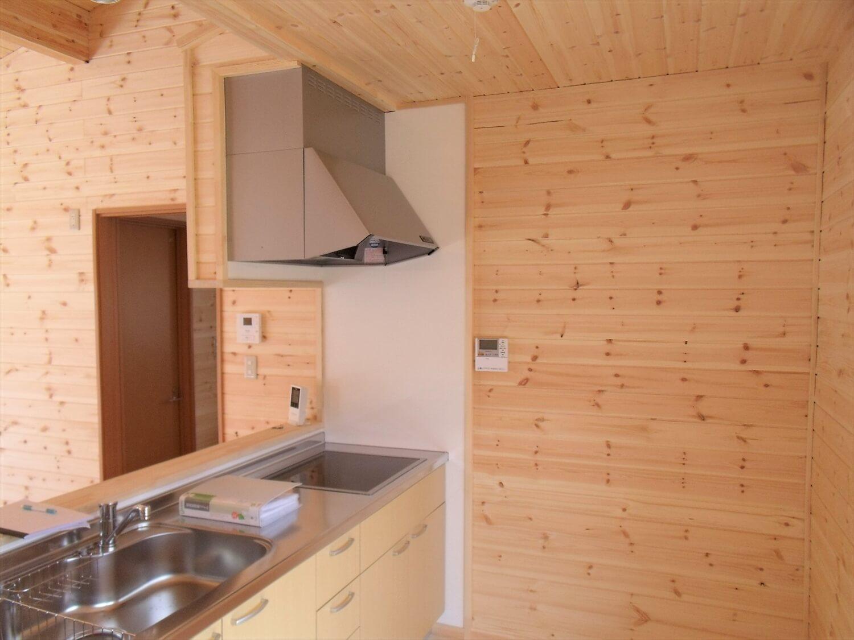 ロフトとウッドデッキのある平屋のキッチン|西尾市の注文住宅,ログハウスのような低価格住宅を建てるならエイ・ワン