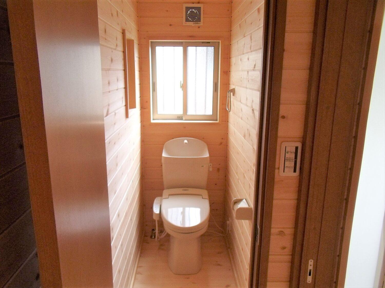 内装無垢材仕様の平屋のトイレ|小美玉市の注文住宅,ログハウスのような低価格住宅を建てるならエイ・ワン