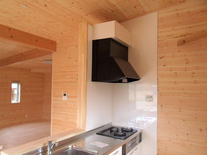 内装無垢材仕様の平屋のキッチン|小美玉市の注文住宅,ログハウスのような低価格住宅を建てるならエイ・ワン