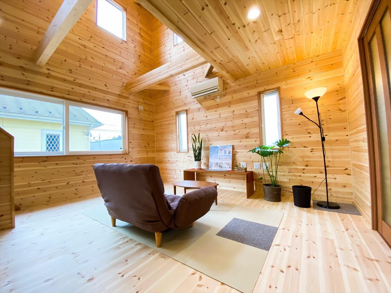 猫と暮らす二階建てのリビング|土浦市の注文住宅,ログハウスのような木の家を低価格で建てるならエイ・ワン