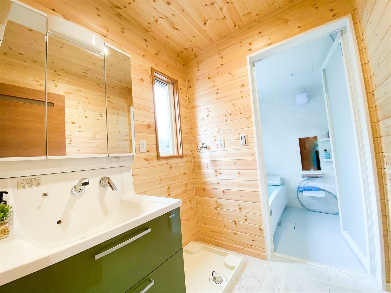 猫と暮らす二階建ての脱衣洗面室|土浦市の注文住宅,ログハウスのような木の家を低価格で建てるならエイ・ワン