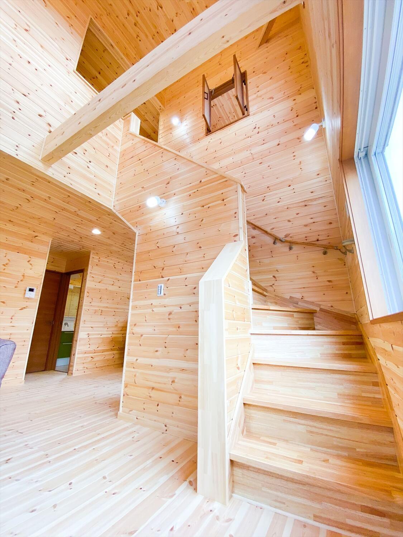 猫と暮らす二階建ての階段|土浦市の注文住宅,ログハウスのような木の家を低価格で建てるならエイ・ワン