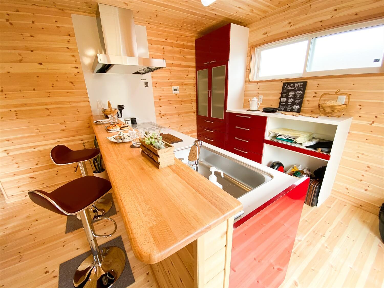 猫と暮らす二階建てのカウンターテーブル|土浦市の注文住宅,ログハウスのような木の家を低価格で建てるならエイ・ワン