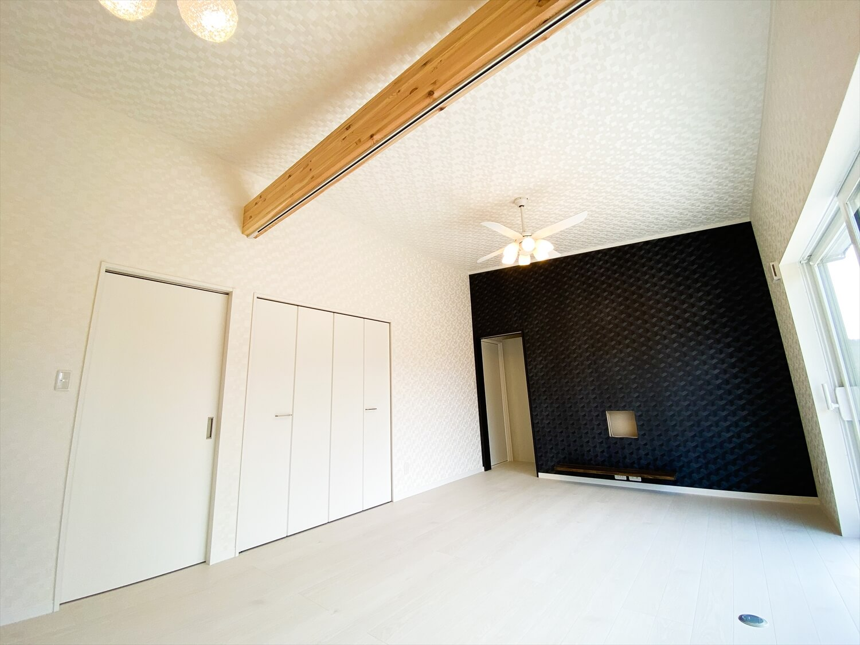ブラックとホワイトの平屋のシーリングファン|鉾田市の注文住宅,ログハウスのような木の家を低価格で建てるならエイ・ワン