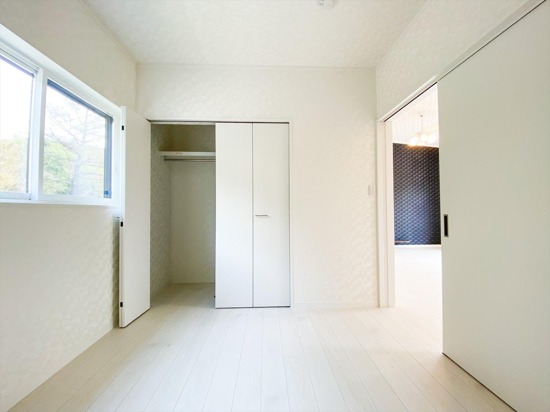 ブラックとホワイトの平屋の部屋|鉾田市の注文住宅,ログハウスのような木の家を低価格で建てるならエイ・ワン