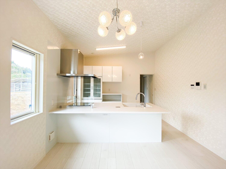 ブラックとホワイトの平屋のオープンキッチン|鉾田市の注文住宅,ログハウスのような木の家を低価格で建てるならエイ・ワン