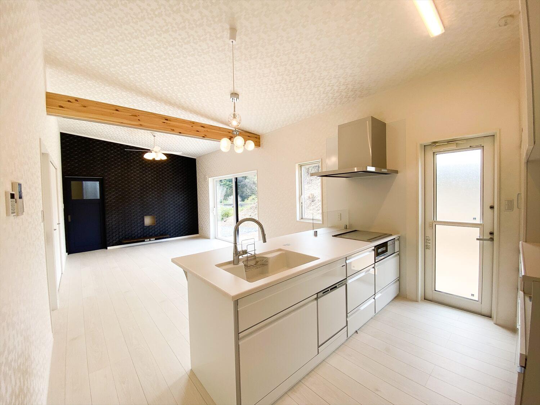 ブラックとホワイトの平屋のキッチンからの眺め|鉾田市の注文住宅,ログハウスのような木の家を低価格で建てるならエイ・ワン