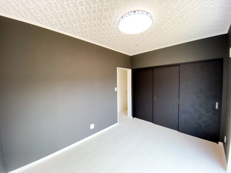 ブラックとホワイトの平屋の居室|鉾田市の注文住宅,ログハウスのような木の家を低価格で建てるならエイ・ワン