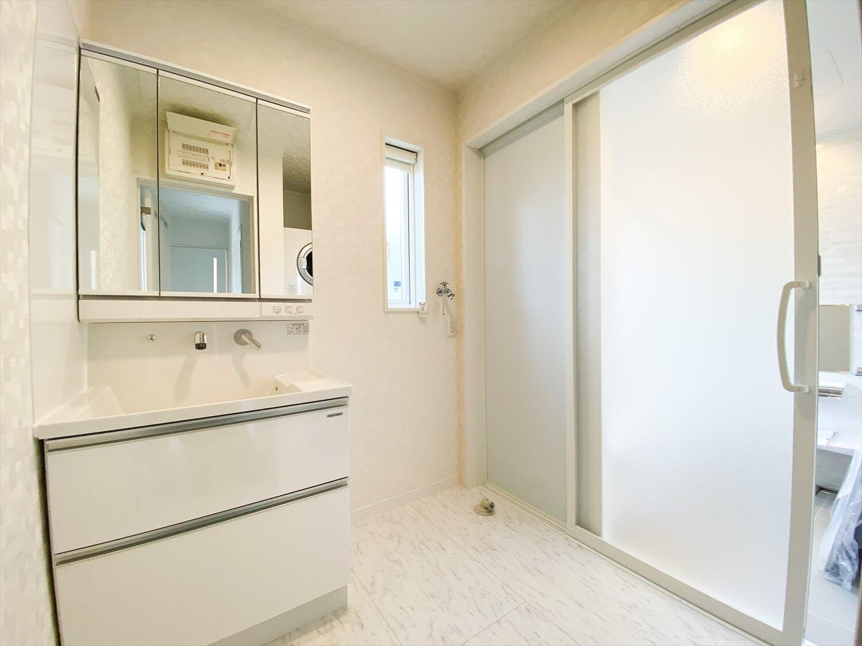 ブラックとホワイトの平屋の洗面脱衣室|鉾田市の注文住宅,ログハウスのような木の家を低価格で建てるならエイ・ワン