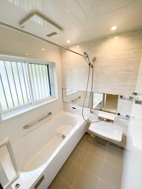 ブラックとホワイトの平屋のバスルーム|鉾田市の注文住宅,ログハウスのような木の家を低価格で建てるならエイ・ワン