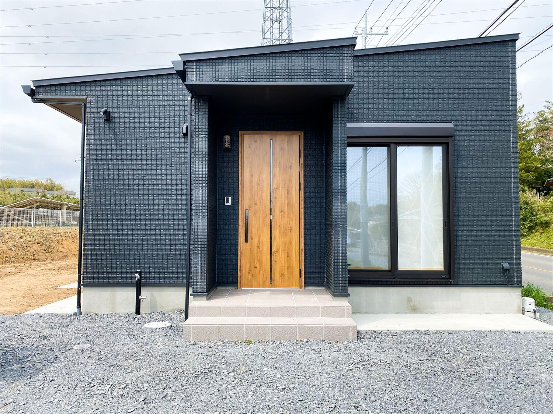 ブラックとホワイトの平屋の玄関ポーチ|鉾田市の注文住宅,ログハウスのような木の家を低価格で建てるならエイ・ワン