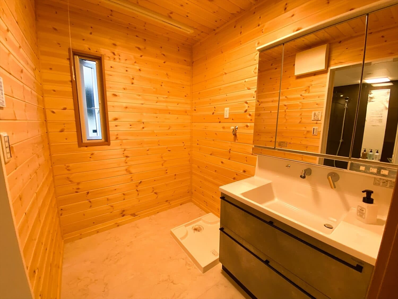 二階リビング住宅の洗面脱衣室|取手市の注文住宅,ログハウスのような木の家を低価格で建てるならエイ・ワン