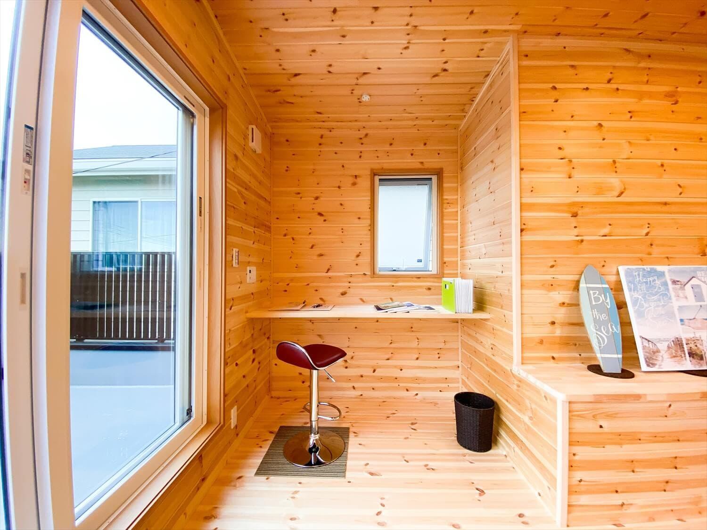 二階リビング住宅のワークスペース|取手市の注文住宅,ログハウスのような木の家を低価格で建てるならエイ・ワン