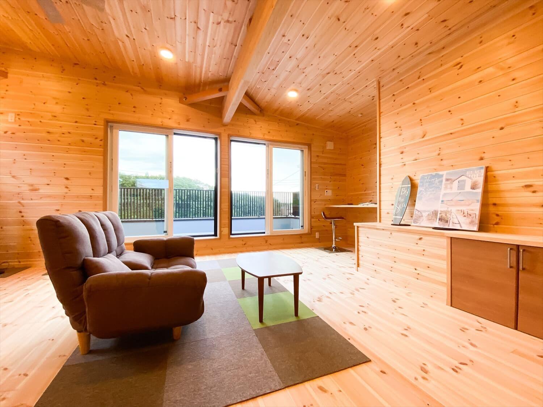 二階リビング住宅のソファとテレビ台|取手市の注文住宅,ログハウスのような木の家を低価格で建てるならエイ・ワン