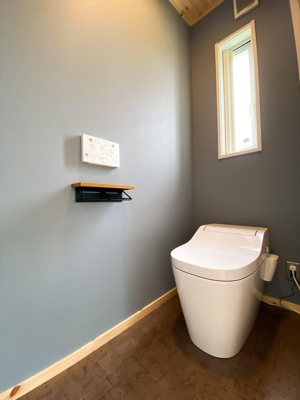 趣味を楽しむ平屋のトイレ|古河市の注文住宅,ログハウスのような木の家を低価格で建てるならエイ・ワン