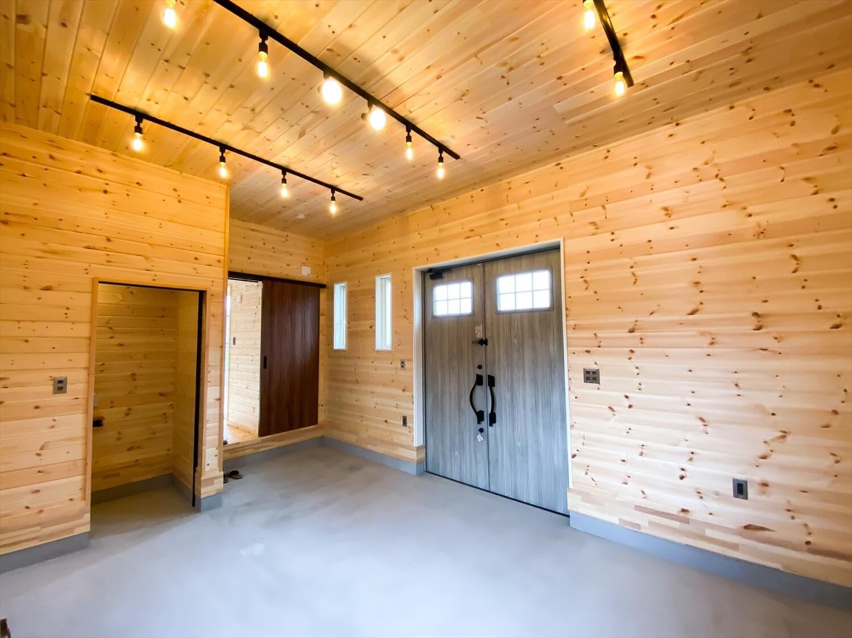 趣味を楽しむ平屋のインナーガレージ|古河市の注文住宅,ログハウスのような木の家を低価格で建てるならエイ・ワン