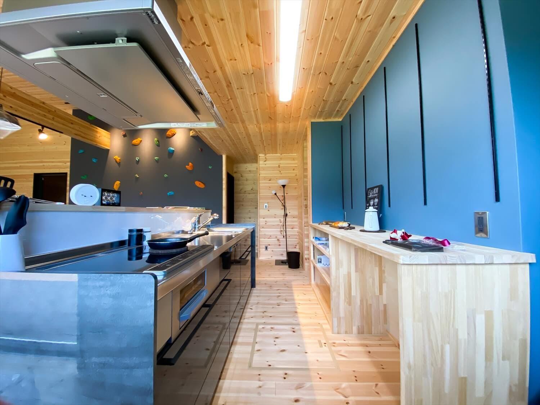 趣味を楽しむ平屋のキッチン|古河市の注文住宅,ログハウスのような木の家を低価格で建てるならエイ・ワン