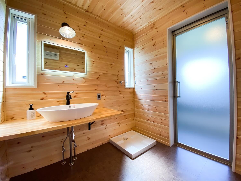 趣味を楽しむ平屋の洗面脱衣室|古河市の注文住宅,ログハウスのような木の家を低価格で建てるならエイ・ワン